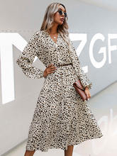 Женское платье с леопардовым принтом осенне зимнее клубничным