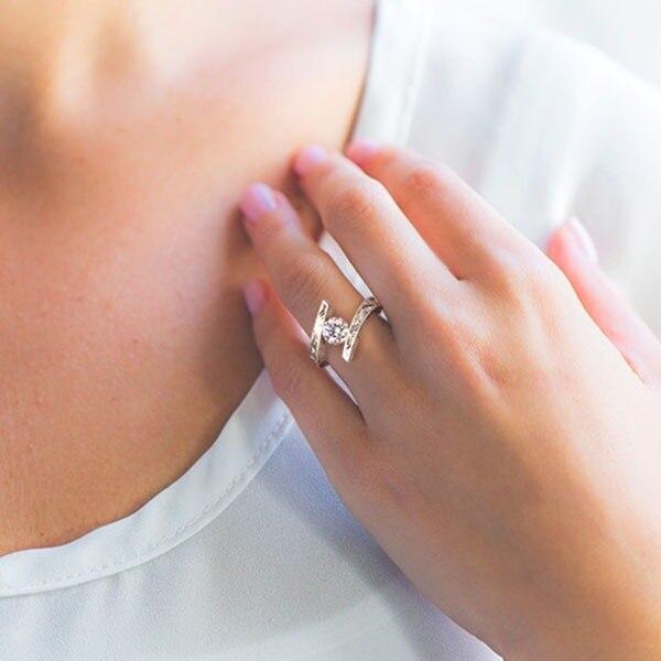 Фото женские обручальные кольца с фианитом серебристые большим камнем