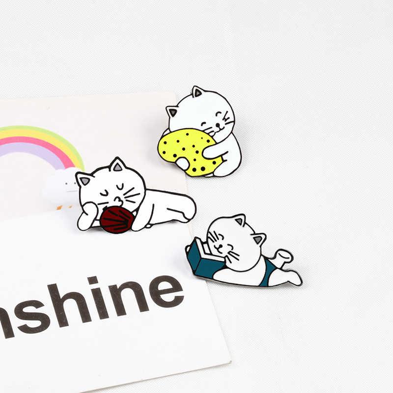 I Gatti del fumetto di Spille Carino Gatto Pigro Lettura Kitty Fan Animali Smalto Spilli Zaino Distintivi e Simboli per I Bambini Giubbotti Risvolto Spille Amico regalo