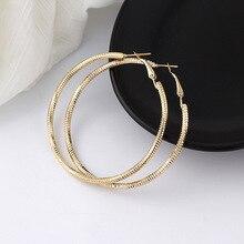 купить 1 Pair Woman Metal Carved Flower Hoop Earrings 30/40/50/60mm Circle Round Loop Earings For Girls Wedding Jewelry Accessory по цене 108.12 рублей