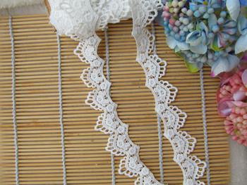 20Yds taśma koronkowa z białej koronki tkaniny poliestrowe dodatki do odzieży dodatki odzieżowe koronkowe wykończenia o szerokości 28mm tanie i dobre opinie AIWUJIA CN (pochodzenie) Haftowana 100 poliester YYN1635 Mesh 2 8cm Przyjazne dla środowiska Elastyczna