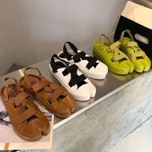 2021 nowe letnie korkowe sandały plażowe Casual kobiety poza antypoślizgowe czarne białe trzy klamry Sandalias Shoe tanie tanio SONDR CN (pochodzenie) Niska (1 cm-3 cm) 0-3 cm Na co dzień Stabilizator na kostkę Płaskie z SYNTETYCZNE Otwarta RUBBER