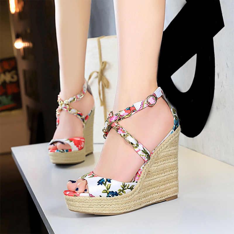Yaz kadın kalın topuklu sandalet çiçek Bohemia ayakkabı kadın Peep Toe çapraz kenevir Metal dekorasyon bayanlar kama plaj sandaletleri