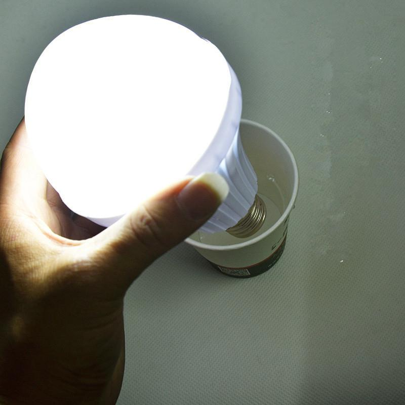Bombilla LED de emergencia CARGA AUTOMÁTICA 7W 9W 12W blanco frío batería recargable lámpara E27 AC85-265V LED lampada SMD 5730 LUCKYLED luz LED moderna de pared espejo de Baño Luz 9W 12W AC 90-265V lámpara de pared impermeable