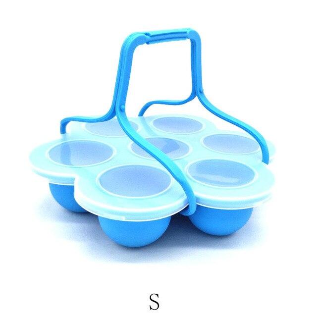 Photo cuiseur à oeufs en silicone de couleur bleu avec une poignée.