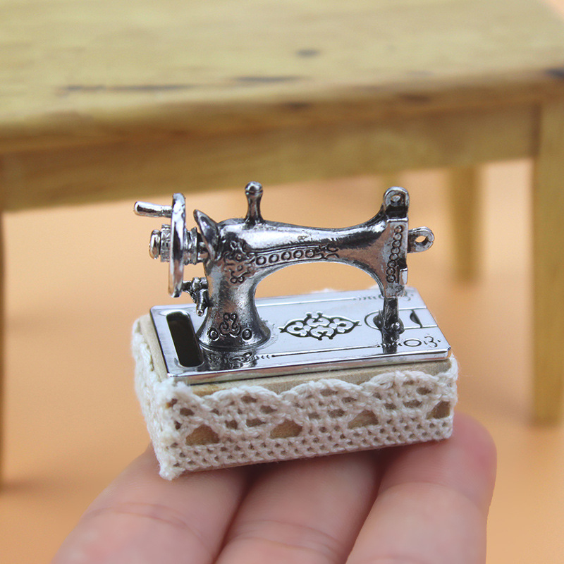 Dollhouse Miniature 1:12 Mini Sewing Machine Simulation Doll House Furniture Girls Tailor Toy Doll House Decoration Accessories