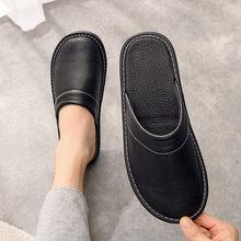 Черные кожаные тапочки домашние из материала на основе обувь