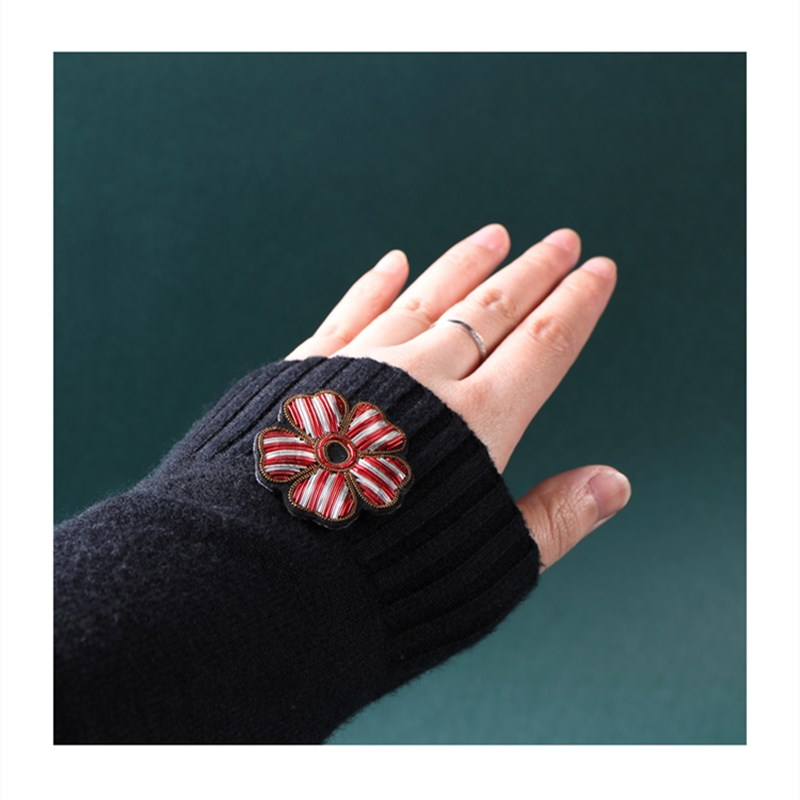 Hand-embroidered Pin Fixed Clothes Decoration Five-leaf Clover Brooch CLOVER JEWELLERY