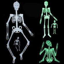 Squelette lumineux d'halloween brille dans la nuit, décorations d'horreur de maison hantée, suspension de jardin de cour extérieure