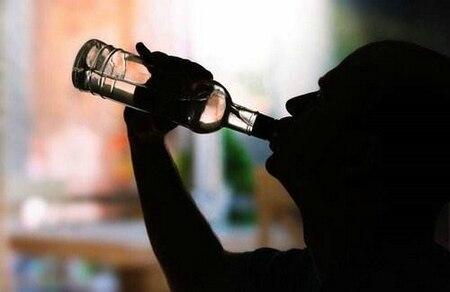 悲伤一个人喝酒的句子 适合深夜一个人喝酒发的心情说说