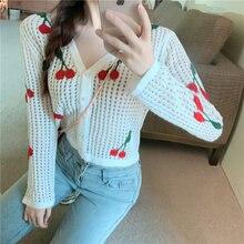Белый вязаный крючком короткий свитер с жемчужной пряжкой и