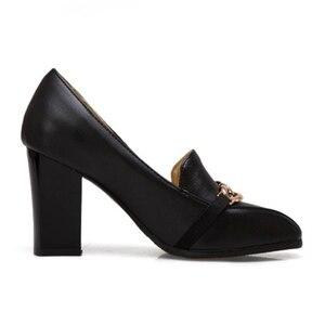 Image 3 - Plus rozmiar 48 nowe wysokie obcasy damskie czółenka luksusowi projektanci czarne białe Party buty biurowe kobieta markowy łańcuszek Casual Dress Pumps