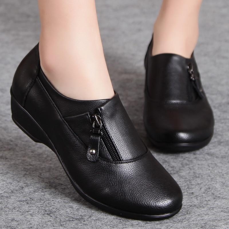 Image 2 - 春のファッションの革女性が母の靴ソフトボトムアンチスリップ快適なウェッジカジュアルシューズプラスサイズfashion women shoeswomen fashion shoeswomen shoes -