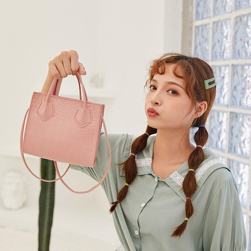 Купить трендовые модные женские сумки через плечо с крокодиловым узором