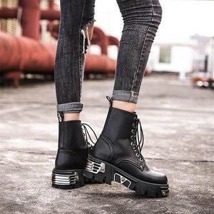 Image 5 - パンクスタイルの女性のアンクルブーツ黒 6 センチメートルプラットフォームブーツ高トップス軍事ブーツ金属装飾秋の冬 bota ş mujer