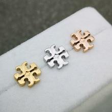 Циндао Европа и Америка аксессуары медные части просторное Гальваническое 18k золотой крестообразный логотип серьги-гвоздики Женские Простые