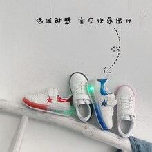Новинка года; модные весенние детские кроссовки для маленьких девочек с цветочным принтом и бабочкой; Светящиеся спортивные кроссовки для пробежек; обувь для мальчиков с подсветкой