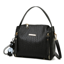 купить Women's Bag 2019 New Trend Korean Version of The Messenger Bag Embossed Wild Fashion Shoulder Large Capacity Handbag по цене 842.15 рублей