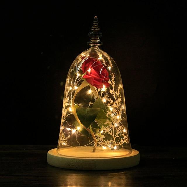 دروبشيبينغ الحفاظ على زهرة الورد الجمال والوحش الأحمر ارتفع في الزجاج قبة قاعدة خشبية مع LED ضوء ديكور المنزل