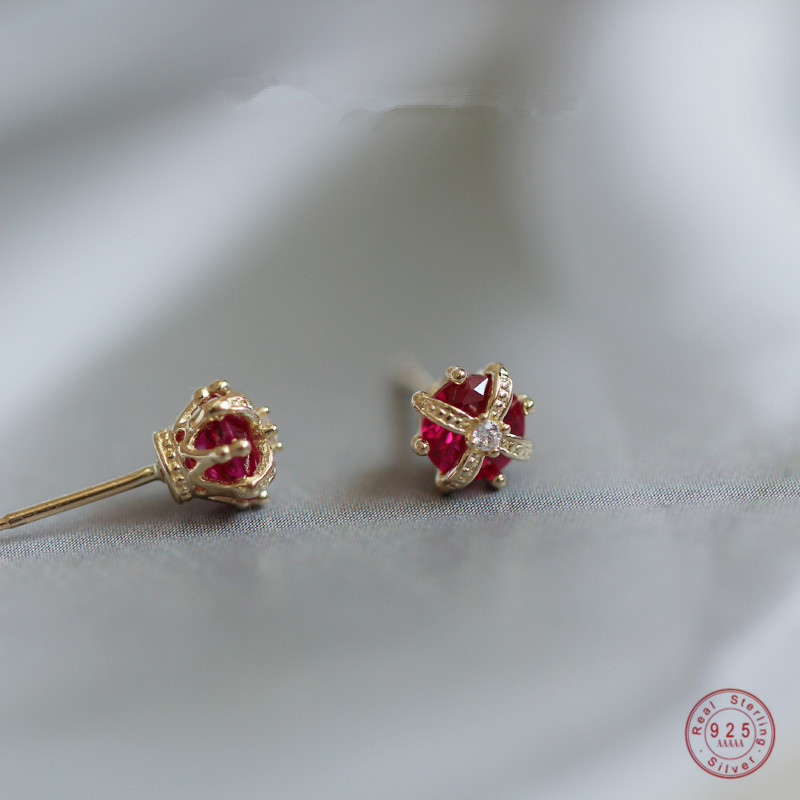 925 Sterling Silver Simple Crown Stud Earrings Women Inlaid Red Crystal Right Staff Noble Elegant Wedding Jewelry Gift