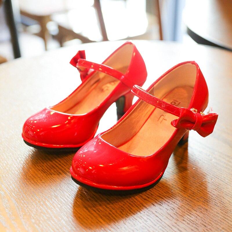 ¡Novedad de 2020! Zapatos de cuero para niñas de Bekamille, sandalias con pajarita, zapatos infantiles de tacón alto, sandalias dulces de princesa para niñas SZ107 Zapatos de lona para chicas, zapatillas de alta calidad con dinosaurio, dibujos animados, bonito Dino, otoño 2019, nuevo estilo pijo, zapatos casuales a la moda para mujeres