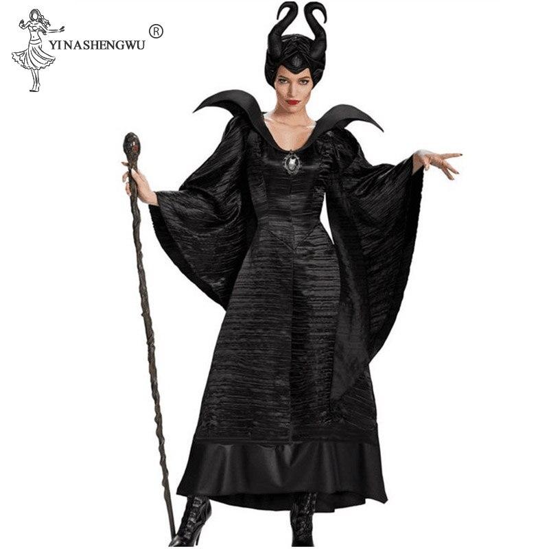 אישה בתחפושת מליפיסנט שמלה קרניים ומקל