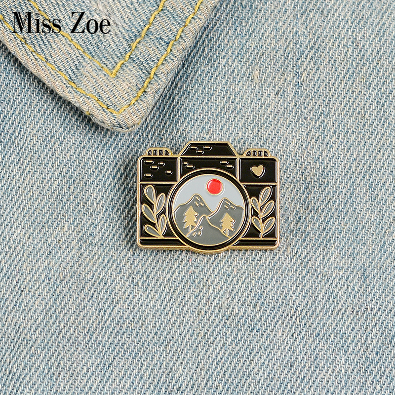 Traveling Shoot Enamel Pin Custom Camera Brooches for Shirt Lapel Bag Outdoors Badge Black Gold Jewelry Gift for Kids Friends