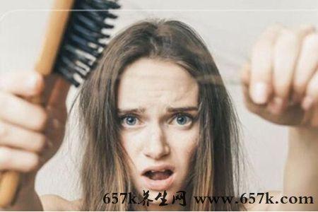 女性脱发的原因 压力大不规律的生活习惯可能引起脱发