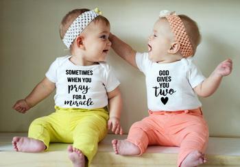 Twins ciąża ogłoszenie Twins stroje Boys Baby dziewczyny body oczekiwanie Twin ciąży z Twins ciąża Reveal Tee tanie i dobre opinie Z okrągłym kołnierzykiem jiangkao litera SHORT S966+S967 POLIESTER spandex Dobrze pasuje do rozmiaru wybierz swój normalny rozmiar
