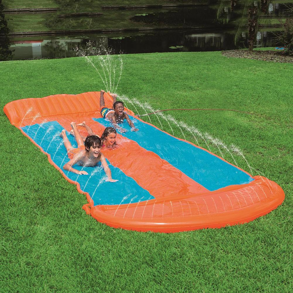 gramado do divertimento da corrediça de água
