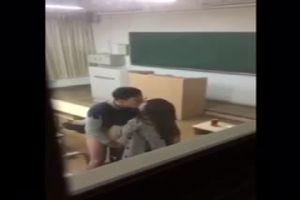 """網絡瘋傳的""""金壇二中黃老師""""和""""胡金戈""""教室演活春宮流出視頻"""