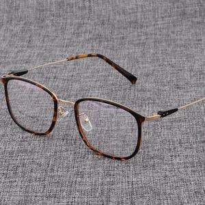 Image 2 - Montura de aleación para gafas cuadradas ultralivianas, graduadas para miopía, montura ópticas metálicas para hombre y mujer, D825