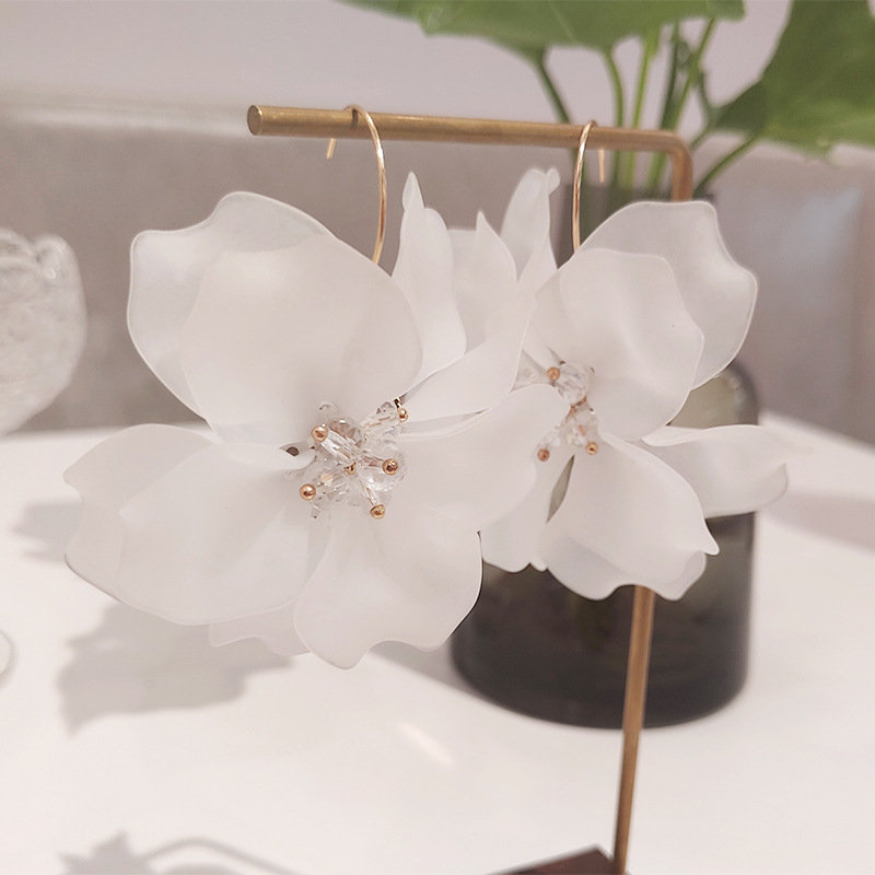 Крупные белые акриловые серьги в форме цветка, прозрачные кристаллы, лепестки цветов, большие висячие серьги для женщин, эффектные ювелирны...