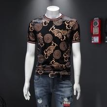 Koszulka Homme lato modny nadruk T koszula mężczyzna z krótkim rękawem Slim Fit aksamitne koszulki mężczyźni Streetwear koszulka Casual Shirt Homme tanie tanio NSTOPOS CN (pochodzenie) O-neck short sleeve L3916 Suknem Poliester spandex Anglia styl Drukuj tee shirt homme camiseta manga corta hombre