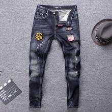 Włoski styl modne dżinsy męskie naszywki projektant porwane jeansy męskie Vintage Designer spodnie dżinsowe Streetwear dżinsy hip-hopowe Homme tanie tanio Zipper fly Patchwork Stałe Denim D2207 Proste Medium W trudnej sytuacji Szczupła Midweight Pełnej długości Stripe Retro Black Blue