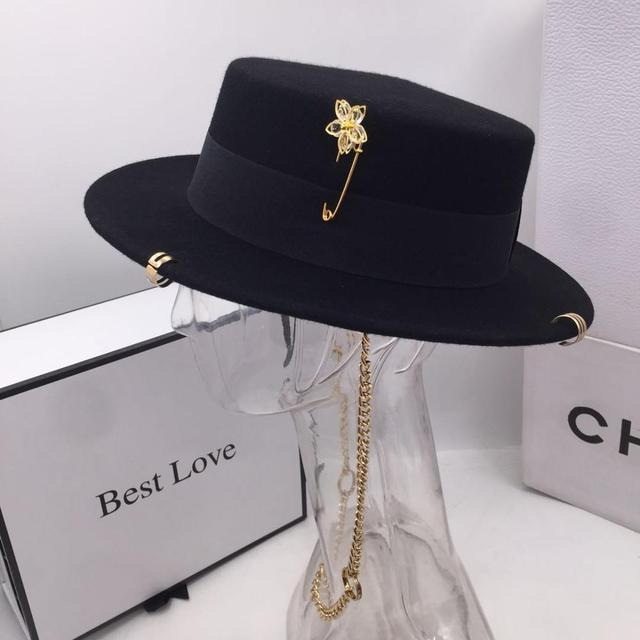 Black cap female British wool hat fashion party flat top hat chain strap and pin fedoras for woman for a street-style shooting 2