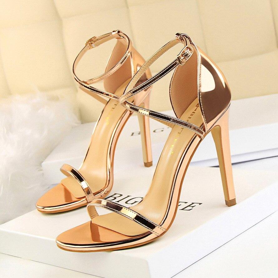 ¡Novedad de 2019! Sandalias de charol para mujer, zapatos de tacón alto para mujer, zapatos sexis dorados, zapatos de tacón a la moda para boda, zapatos de tacón de aguja para mujer Travestido Stilettos sexy Sandalias Para Mujer plataformas Sandalias de boda 22cm metálica delgada tacones zapatos de Mujer hebilla bombas