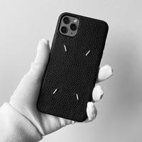 Custodia per telefono in pelle con motivo a litchi ricamato di marca di lusso per iPhone 12 Pro Max MiNi 7 8 Plus X XS XR 11 SE 2 10 Cover posteriore Capa