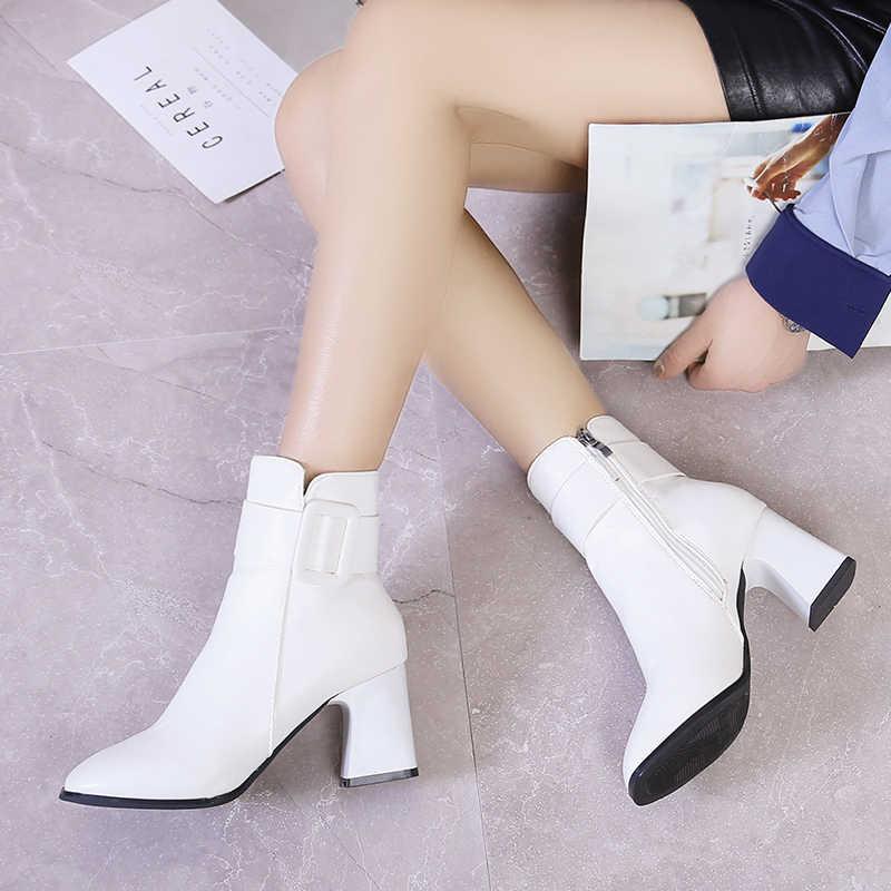 Beyaz siyah kalın yüksek topuk yarım çizmeler kadın 2019 sivri burun tutmak sıcak zarif kısa patik bayanlar ayak bileği toka dekorasyon