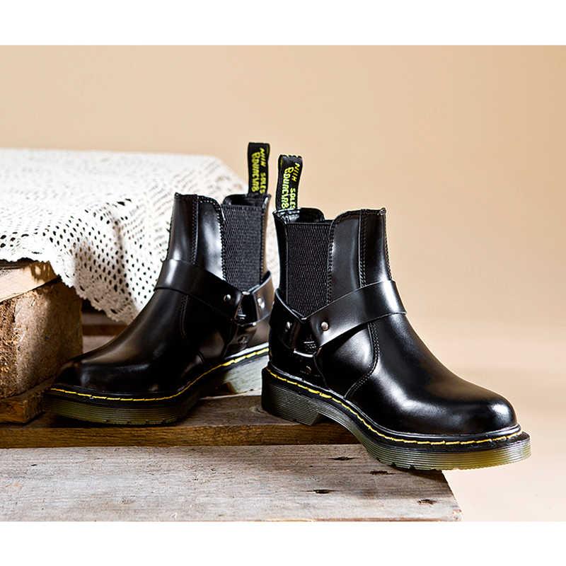 Модные зимние ботильоны в байкерском стиле; женские ботинки из натуральной кожи с металлическим украшением и пряжкой на ремешке; женские ботинки на плоской подошве с круглым носком