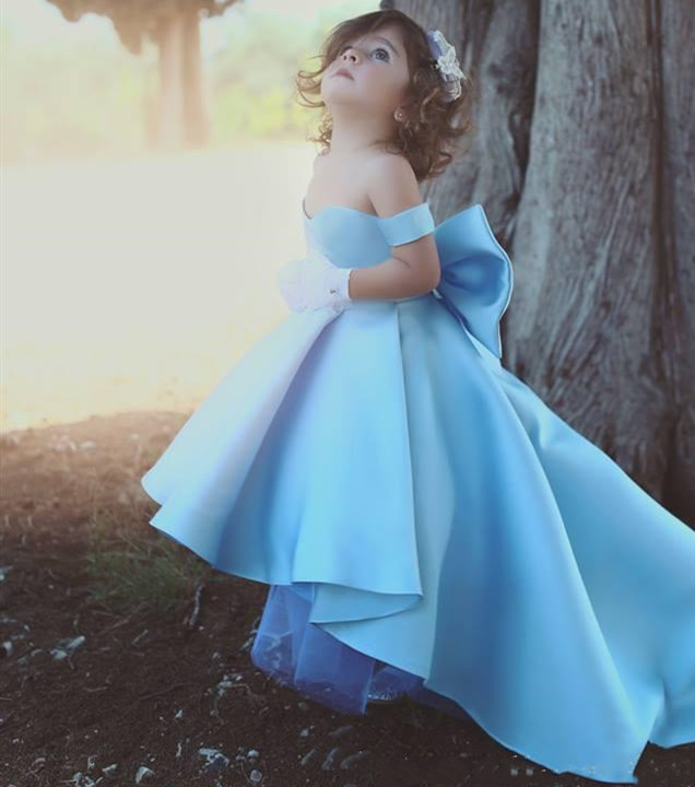 Nouveau bébé bleu fleur filles robes épaules dénudées grand nœud Hi-Lo Satin Simple princesse filles robe de reconstitution historique pour enfants robe enfant en bas âge