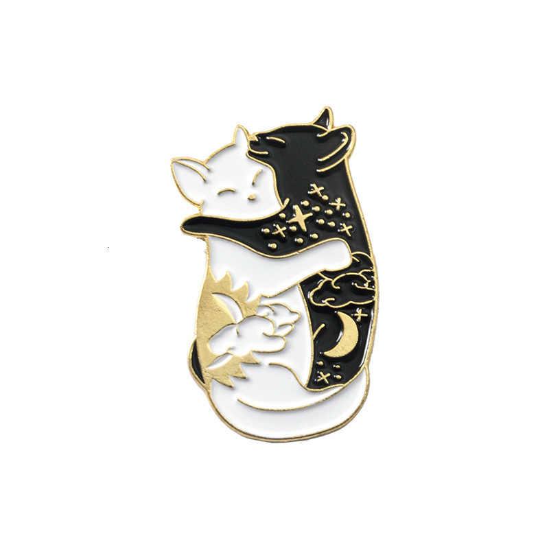 الأسود والأبيض احتضان القطط الحيوان بروش الجملة يين ويانغ الأسود والأبيض القمر و الشمس القط الغزلان المينا دبوس على ظهره شارة