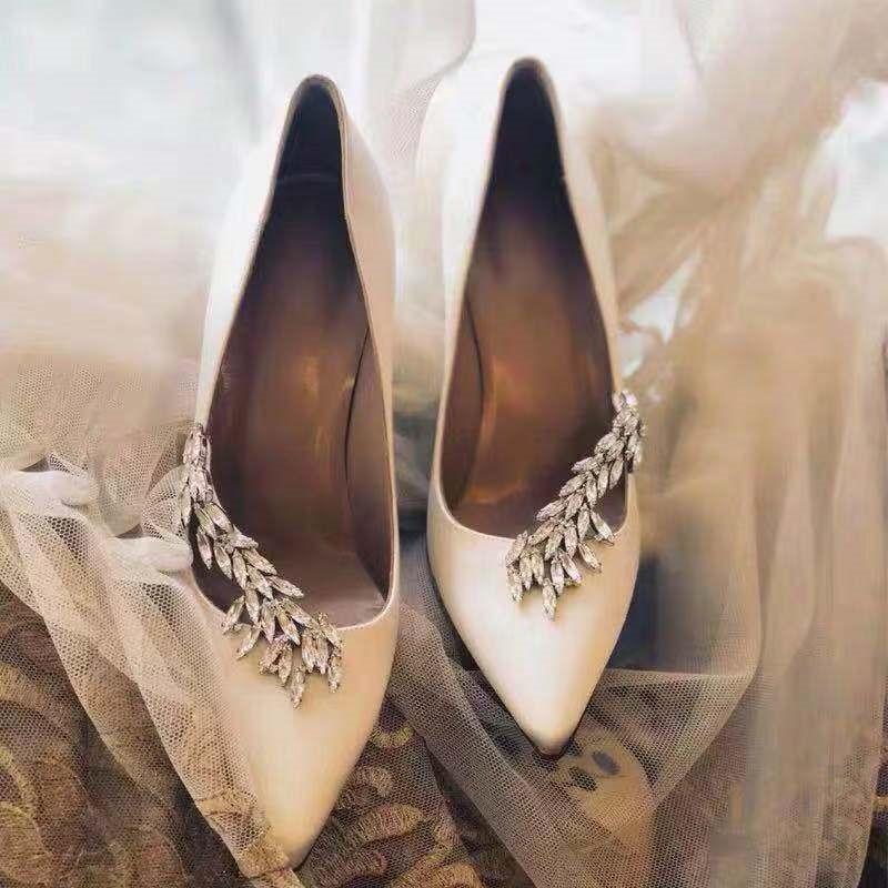 Chaussures de mariage de luxe pour femmes en cuir satiné orné de strass bout pointu chaussures de mariée à talons hauts pompes 2019 chaussures de marque