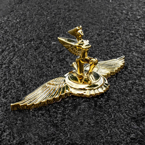 Image 2 - 1PC זהב מעופף נשר אגף סוס עומד כריעת אלת צורת רכב הוד מצנפת 3D Stand אוניברסלי סמל תג קישוט לוגו