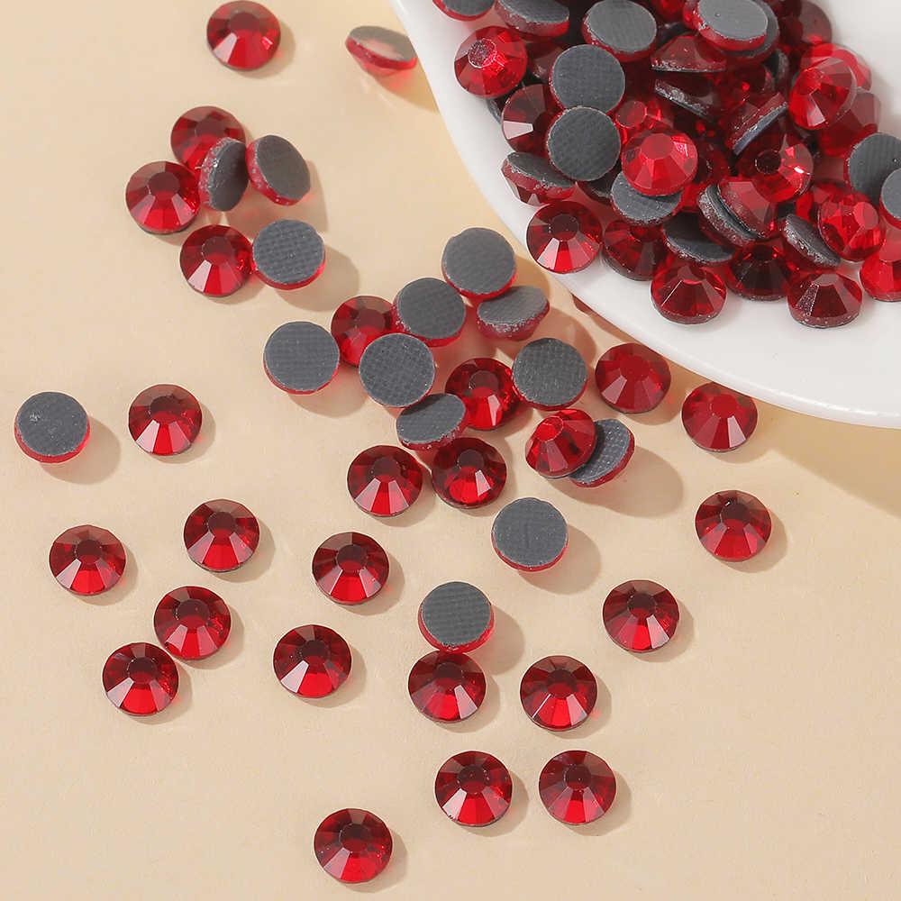 Todos los tamaños 30 colores cristal con pegamento térmico Strass de vidrio Hotfix rhinestone hierro sobre diamantes de imitación para la decoración de la tela