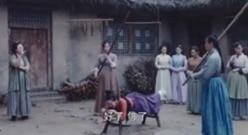 坏女人被抓,仗刑打了好几大板大快人心