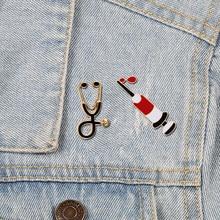 Médico enfermeira pinos de esmalte, seringa injetora de estetoscópio, jaquetas de jeans, lapela, pinos, emblemas para homens, mulheres, joias de presentes