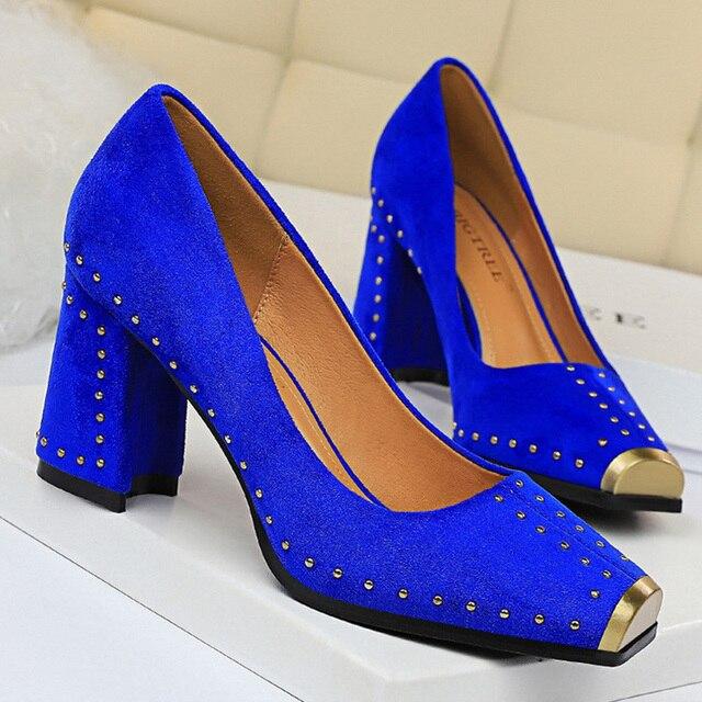 Mode femmes pompes Rivet métal talons femmes chaussures troupeau Sexy talons carrés chaussures dames rouge noir bureau fête chaussures de mariage