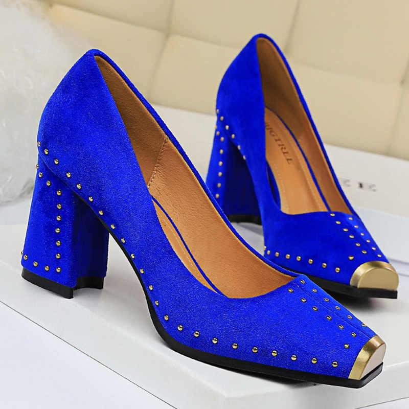 Thời Trang Nữ Bơm Đinh Tán Kim Loại Giày Nữ Giày Nữ Đàn Gợi Cảm Vuông Gót Giày Nữ Đỏ Đen Công Sở Dự Tiệc Cưới Giày