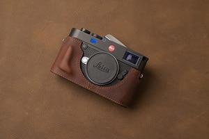 Image 2 - AYdgcam العلامة التجارية جلد طبيعي حافظة كاميرا اليدوية نصف الجسم حقيبة الغطاء السفلي لايكا M10 M10P فتح تصميم البطارية